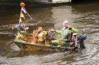 Watermuzikant Reinier Sijpkens speelt vanuit zijn bootje 'De Notendop' op trompe…