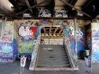Opgang met graffiti naar een brug op Zeeburg