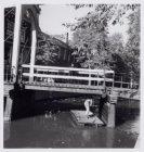 Groenburgwal met een vlot onder de brug bij de Staalstraat