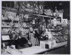 "Eerste Looiersdwarsstraat 27. Juffrouw Keizer van de kruidenierswinkel ""De Mercu…"