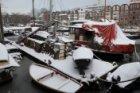 Bickersgracht 200-284 (v.r.n.l) en binnenvaartschepen in wintertooi gezien vanaf…