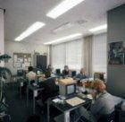 De afdeling Telefonische Inlichtingen van Schiphol aan het werk. Hier werden vra…