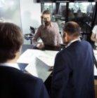 Piloten krijgen weersinfomatie bij de balie van de meteo in het bemanningencentr…