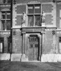 De ingang van de directeurswoning van het Rijkmuseum, Hobbemastraat 21