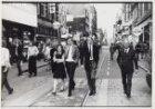 Voetgangers in de Leidsestraat. Gezien van het Leidseplein naar het Singel