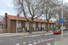 Burgemeester Van de Pollstraat 559-573 (v.l.n.r.). Links de Louis Couperusstraat
