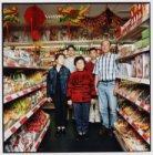 Henko Dun met zijn vrouw en kinderen in hun winkel aan de Geldersekade hoek Stor…