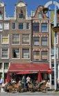 Nieuwmarkt 32-36 (v.r.n.l.). Op nummer 32-34 café 't Loosje met terras