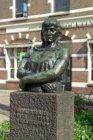 Marnixplein (t.h.v.nr.) 2 met bronzen beeld van een volksvrouw