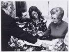 Mevrouw Samkalden tekent de doopformulieren van de diamant Amsterdam bij diamant…
