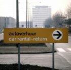 Een bord op Schiphol met een verwijzing naar het terrein voor het afgeven van hu…