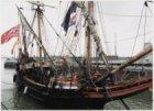 Oranjesluizen met een replica van een VOC-schip, de Duyfken. Links in het versch…