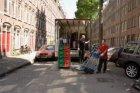 Het lossen van een vrachtwagen in de Rombout Hogerbeetsstraat