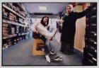 Zeynep en haar moeder in een schoenwinkel bij het passen van een paar laarzen
