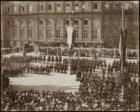 De inhuldiging van koningin Wilhelmina aan de westzijde van de Dam vóór het Koni…