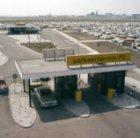 Parkeerterrein P3 op Schiphol met de terminal op de achtergrond