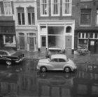 Wateroverlast in de Spuistraat na een hevige regenbui, voor de nummers 224-230 (…
