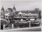 De opbouw van het Noord-Zuid-Hollands Koffiehuis op het Stationsplein met het Ce…