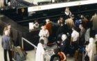 Passagiers aan het inchecken bij de balie van Canadian Pacific Air in de vertrek…
