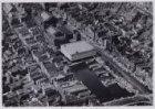 Luchtfoto van het Damrak (midden rechts) en omgeving gezien in zuidwestelijke ri…