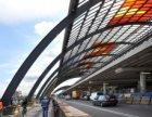 De overkapping van de busterminal achter het Centraal Station gezien in oostelij…