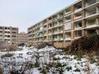 Besneeuwd bouwterrein in de Overschiestraat voor de bouw van nieuwbouwwoningen