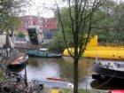 Een sleepboot en een gele onderzeeër in de Realengracht