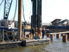 Bouwput voor de aanleg van de Noord/Zuid-metrolijn aan de IJ-oevers. Heiwerkzaam…