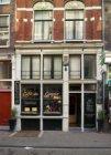 Staalstraat 4 met gaper aan de gevel van café De Gaeper