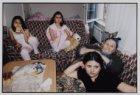 Zeynep met haar zusjes en de eerste vrouw van hun vader, kijkend naar de Turkse …