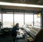 Medewerker aan het werk in kantoor van de Havendienst op Schiphol
