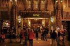 Reguliersbreestraat 26-28 met theater Tuschinski, gezien bij avond
