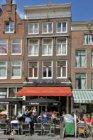 Nieuwmarkt 26 (ged.)-30 (ged.) (v.r.n.l.). op nummer 28 café Del Mondo