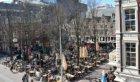 Terrassen op het Leidseplein, met links de Stadsschouwburg (ged.) en rechts Leid…