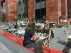 Lunchende vrouwen op het terras van Oliver's Salads & Bar, Claude Debussylaan 78