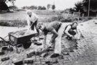 Stratenmakers en handlangers aan het werk in Zunderdorp