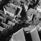 Bovenaanzicht van de huizen rondom het Oudekerksplein, gezien vanaf de toren van…