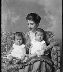 Moeder Noloen met tweeling zonen Ton en ...