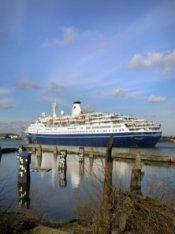 Het IJ met passagiersschip Marco Polo. Op de voorgrond het Stenen Hoofd