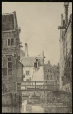 Brug over de Nieuwezijds Achterburgwal bij de Klimopstraat. Op de achtergrond Ka…