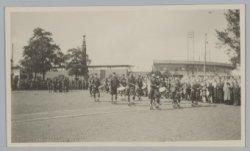 Schotse pijpers met doedelzakken op het Stadionplein bij het Olympisch Stadion