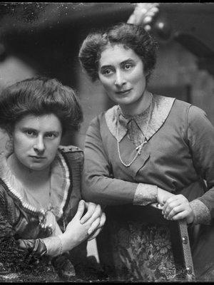 links: Anna Elisabeth Zuikerberg, rechts...