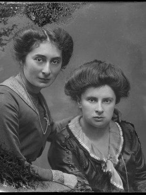 links: Helene van Meekren, rechts: Anna ...