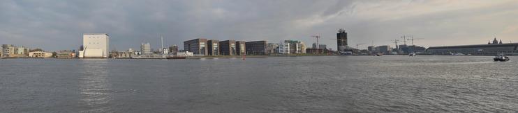 Panorama van het IJ en de noordelijke IJ-oever, met van links naar rechts: gebouwen aan de Grasweg, Shell Technology Centre Amsterdam, het Residentieel Kwartier en Toren Overhoeks