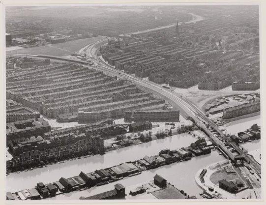 Luchtfoto van het Lozingskanaal (onderaan) en omgeving gezien in zuidwestelijke richting