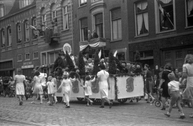 Praalwagen op de Amstelveenseweg in het kader van de Bevrijdingsfeesten in de periode 26-28 juni 1945