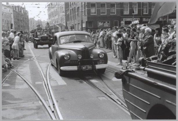 Veteranendag. Militaire voertuigen tijdens het defilé in de Ferdinand Bolstraat, bij de kruising met de Ceintuurbaan