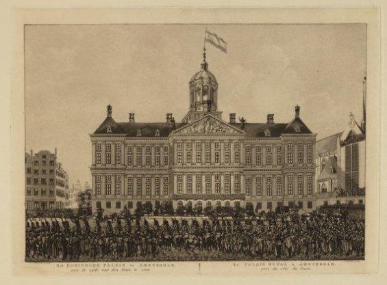 Het Koninklijk Paleis te Amsterdam, aan de zijde van den Dam te zien (Met de aankomst van de Rijtuigen)