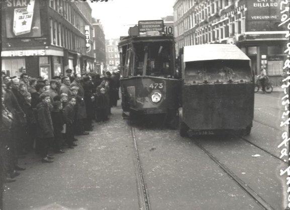 Verkeersongeval in de Van Limburg Stirumstraat: verkeerspolitie, verkeersongevallen, vuilniswagens, trams