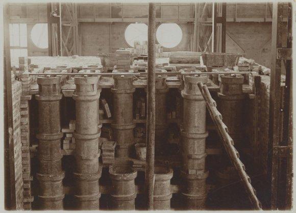 Interieur van de stokerij op het terrein van de Zuidergasfabriek op de Korte Ouderkerkerdijk tijdens de bouw